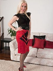 Bottle Blonde Krystal Is Vintage Girdled And French Ff Nyloned For You! - Picture 1
