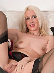 Bottle Blonde Krystal Is Vintage Girdled And French Ff Nyloned For You! - Picture 13