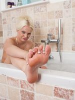 Kelly Fox - Peeping At My Tootsies - Picture 4