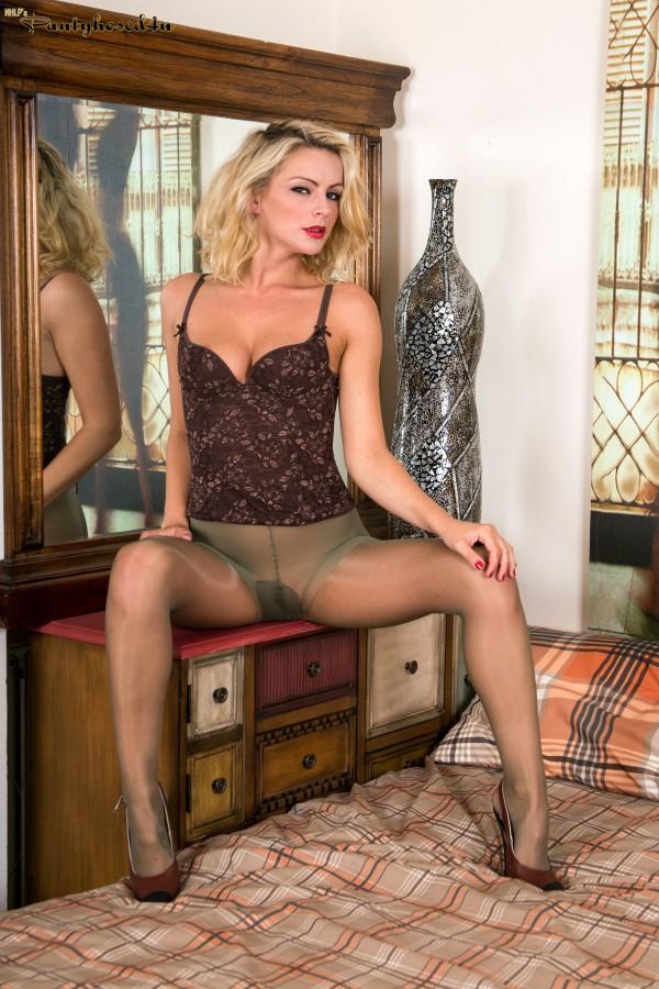 Blonde babe vanessa scott naughty play in stiletto shoes 10
