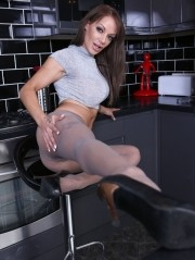 Sexy Pics 4 U- Lou Lou – PH clitty slicker! @ Pantyhose4u.net